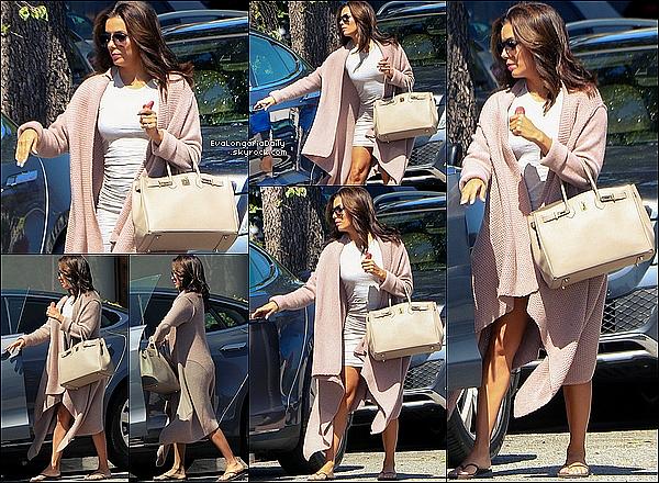 • o8 Avril 2o15 •  - Beverly Hills, Etats-Unis. 💇 Eva a été vue quittant le « Ken Paves Salon ». Tenue: Lunettes Victoria Beckham à 445¤, Sac Be&D, Sac Hermès à 81oo¤ & Tongs Reef à 4o¤.