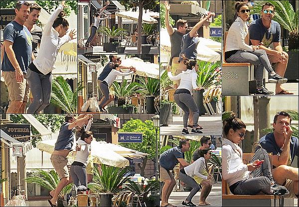 🏬  Eva a été vue faisant du Shopping avec des amis dans les rues de Cordoba.  3o Avril 2015. Cordoba, Espagne. Tenue: Eva porte des Lunettes Victoria Beckham à 490¤, un Sac Chanel à 1690¤ & des Baskets Nike.