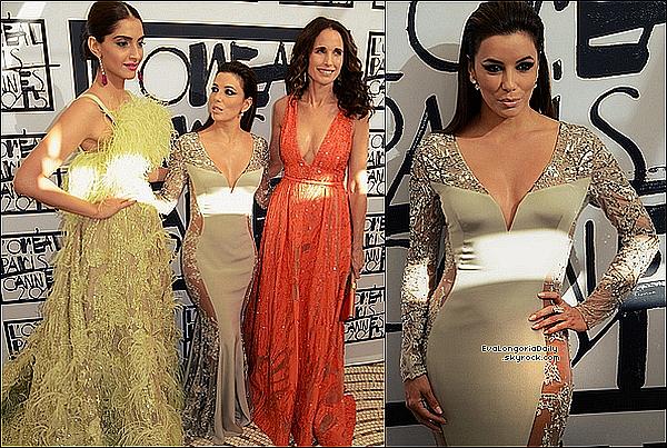⛵ Pour finir, Eva est allée à une Fête sur le bateau d'un ami.  18 Mai 2015. Cannes, France. Tenue: Eva porte une Robe Versace, une Pochette Oroton & des Spartiates Oscar Tiye.