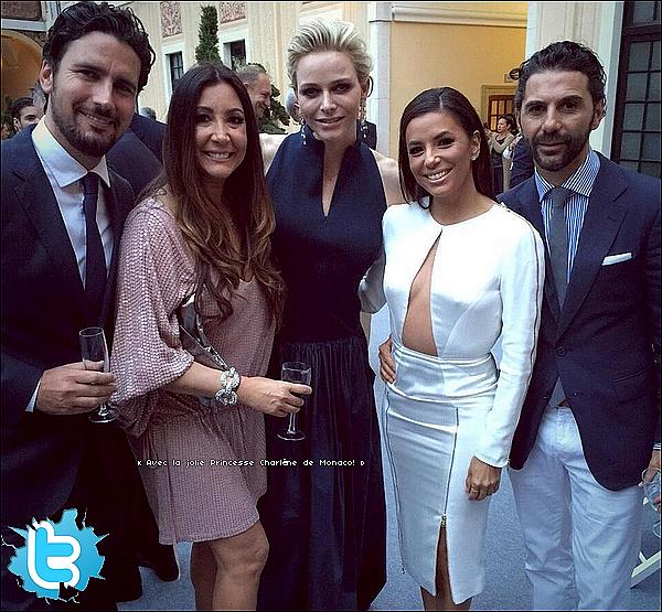🚶 Le soir, Eva a été vue dans les Rues de Paris avec Pepe & des amis.  24 Mai 2015. Paris, France.