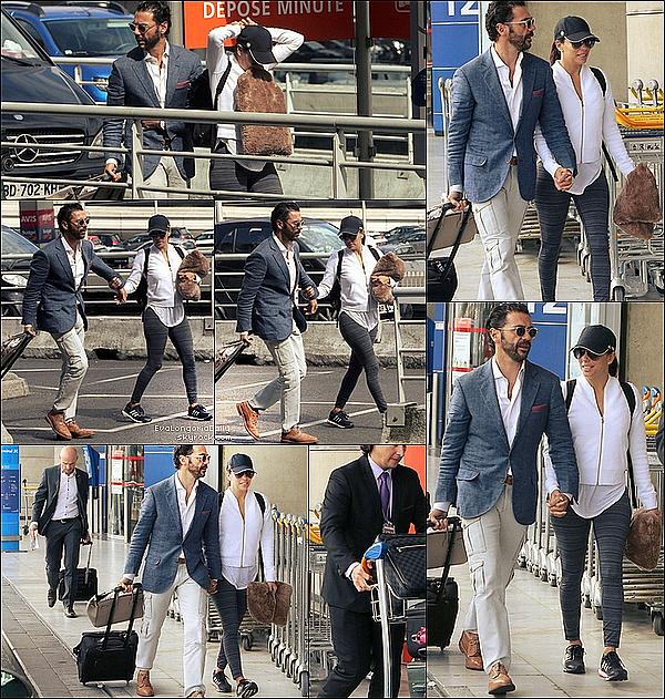 ✴ Eva & Pepe ont été vus à l'Aéroport Paris-Charles de Gaulles.  26 Mai 2015. Paris, France. Tenue: Eva porte une Casquette Adidas & des Baskets Adidas à 95¤.