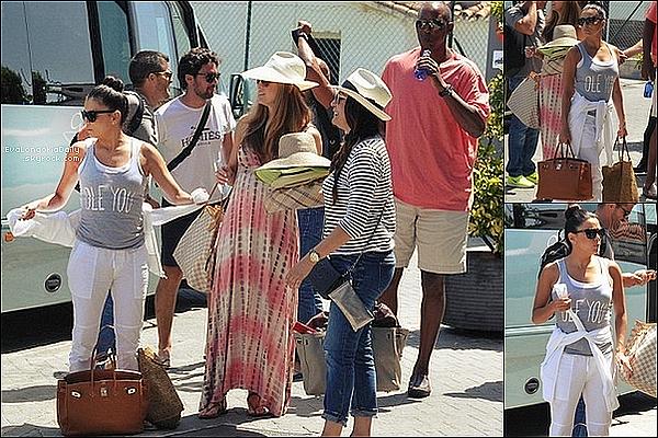 ✈️ Eva & ses amis ont pris l'avion pour se rendre en Italie.  o7 Juillet 2015. Marbella, Espagne. Tenue: Eva porte un Sac Hermès à 18500¤.