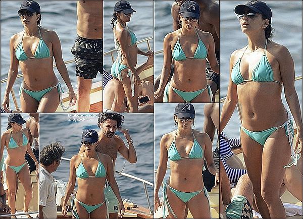 👙 Eva, Pepe & leurs amis ont été vus sur un bâteau pour visiter la Blue Grotto de Capri.  13 Juillet 2015. Capri, Italie.  Tenue: Eva porte un Maillot de Bain Belusso.