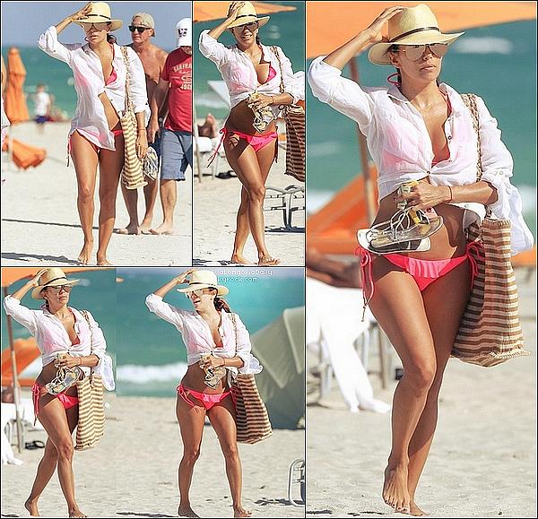 • 24 Novembre 2o15 •  - Miami, Etats-Unis. 🛍️ Eva & Pepe sont allés « Faire du Shopping ». Tenue: Sac Chanel à 169o¤ & Sandales Chanel.