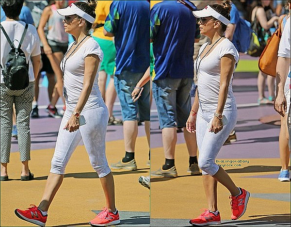 • 11 Juillet 2o16 •  - Universal City, Etats-Unis. 🎢 Eva, sa Maman, sa Soeur Esmeralda & ses Neveux sont allés au « Parc Universal Studios ». Tenue: Baskets New Balance.