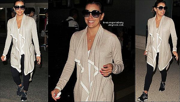 ✈️ Eva a été vue à LAX Airport.  21 Juillet 2o16. Los Angeles - Etats-Unis.  Tenue: Eva porte des Lunettes Victoria Beckham à 335¤, un Gilet Splendid à 180¤ & des Baskets Nike à 150¤.