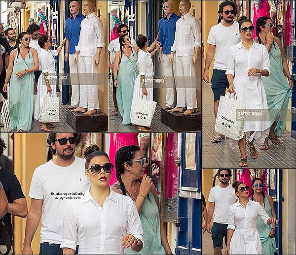 • 21 Juillet 2o16 •  - Los Angeles, Etats-Unis. ✈️ Eva a été vue à « LAX Airport ». Tenue: Lunettes Victoria Beckham à 335¤, Gilet Splendid à 18o¤ & Baskets Nike à 15o¤.