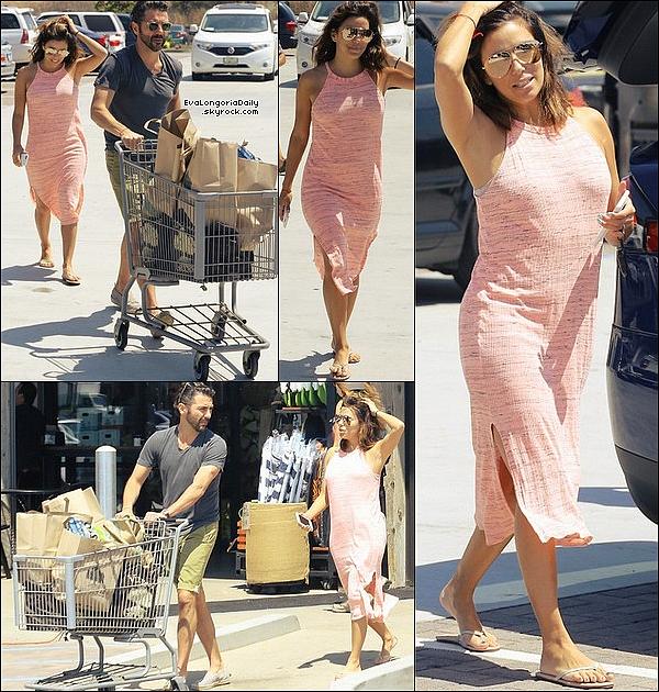 🏬 Eva & Pepe sont allés faire des courses à Pavilions Grocery pour un barbecue entre amis.  28 Août 2o16. Malibu - Etats-Unis. Tenue: Eva porte des Lunettes Victoria Beckham à 860¤, une Robe Splendid à 125¤ & des Tongs Yosi Samra à 35¤.
