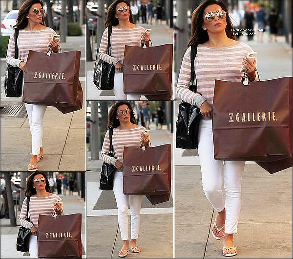 🏬 Eva est allée Faire du Shopping à Z Gallerie Store.  14 Novembre 2o16. Gardena - Etats-Unis. Tenue: Eva porte des Lunettes Victoria Beckham à 905¤ & un Pull Peek-A-Boo à 75¤.