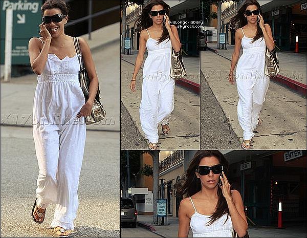 ✴️️ Eva a présenté les  2009 ALMA Awards qui avait lieu au Royce Hall.  17 Septembre 2oo9. Los Angeles - États-Unis. Tenue: Eva porte une Robe Carolina Herrera (la grise luisante) & une Robe Angel Sanchez (la blanche).