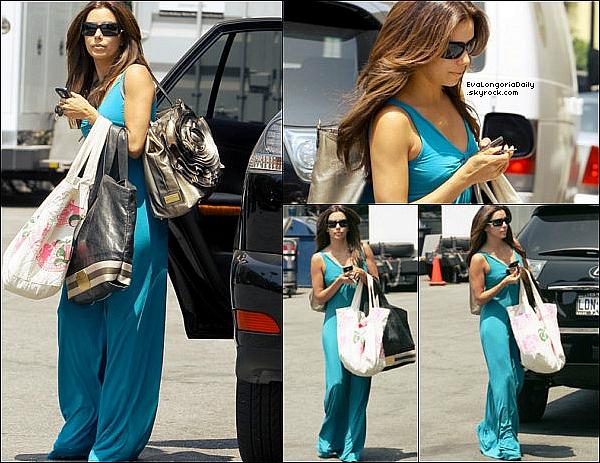 🎥 Eva est allée au Ken Paves Salon.  15 Août 2oo9. Beverly Hills - États-Unis. Tenue: Eva porte des Lunettes Chanel, un Sac Valentino Rossi & un Sac Juicy Couture.