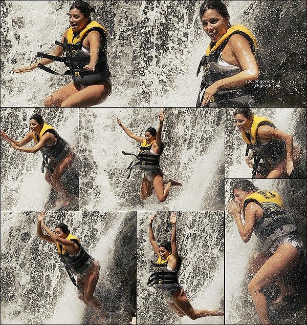 🚶 Puis, Eva est allée s'amuser dans une Cascade et ensuite est allée se promener avec Pepe.  19 Avril 2o17. Hawaï - Etats-Unis. Tenue: Eva porte des Lunettes Victoria Beckham à 895¤ & un Maillot de Bain Melissa Odabash à 250¤.
