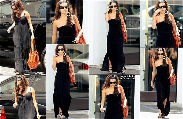 • 22 Avril 2oo9 •  - West Hollywood, Etats-Unis. 🍴 Eva est allée déjeuner au « Cafe Med Restaurant ». Tenue: Lunettes Chanel, Sac Gérard Darel & Compensés Christian Louboutin.
