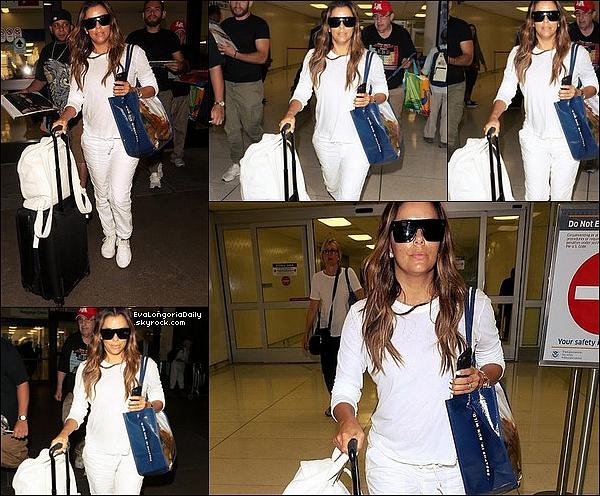 ✈️ Le soir, Eva a été vue à LAX Airport.  o9 Août 2o17. Los Angeles - Etats-Unis. Tenue: Eva porte des Lunettes Victoria Beckham & des Baskets Adidas à 120¤.