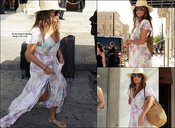 🚶 Eva a été vue dans les Rues d'Athènes.  o4 Septembre 2o17. Athènes - Grèce. Tenue: Eva porte des Lunettes Victoria Beckham à 400¤ & un Sac Michael Kors.