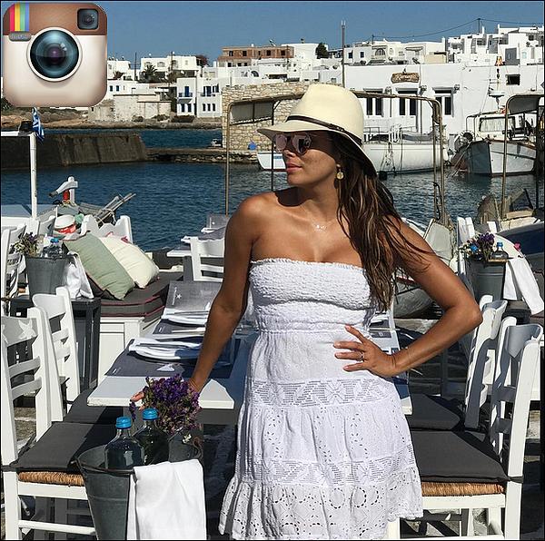 • o6 Septembre 2o17 •  - Santorin, Grèce. ⛵ Eva a posté une « Photo d'Elle sur un Bâteau ». Tenue: Lunettes Victoria Beckham à 4oo¤.