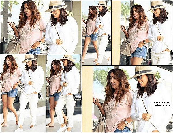 • o7 Octobre 2o17 •  - Beverly Hills, Etats-Unis. 🚶♀️ Eva & Pepe ont été vus dans les « Rues de Beverly Hills ». Tenue: Lunettes Victoria Beckham à 4o5¤.