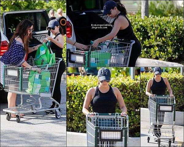• 24 Décembre 2o17 •  - Miami, Etats-Unis. 🛒 Eva & Pepe sont allés « Faire du Shopping » puis elle est allée à « Whole Foods Store » avec Maria. Tenue: Lunettes Victoria Beckham à 4oo¤, Sac Chanel à 1595¤ & Baskets Adidas à 16o¤.