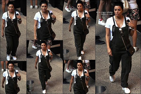 🛒 Eva & son mari sont allés Faire du Shopping puis elle est allée à Whole Foods Store avec Maria.  24 Décembre 2o17. Miami - Etats-Unis.Tenue: Eva porte des Lunettes Victoria Beckham à 400¤, un Sac Chanel à 1595¤ & des Baskets Adidas à 160¤.