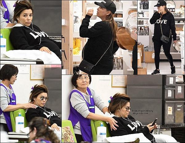 💅 Eva s'est rendue dans un Salon de Beauté puis à Crate & Barrel Store.  o2 Mai 2o18. Beverly Hills - États-Unis. Tenue: Eva porte un Pull Chinti and Parker à 345¤, un Sac Chanel à 1570¤ & des Baskets Adidas à 155¤.