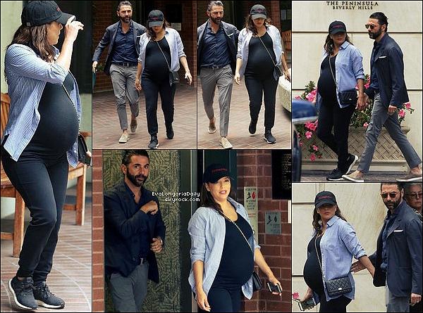 • o3 Juin 2o18 •  - Los Angeles, Etats-Unis. 🚶 Eva & Pepe sont allés à « Macy's ». Tenue: Lunettes Victoria Beckham à 4o5¤ & Sac Chanel à 157o¤.