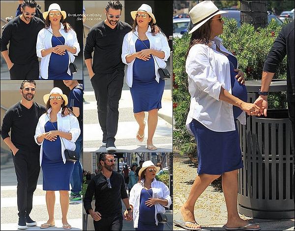🚶 Eva & Pepe sont allés déjeuner à Porta Via Restaurant.  o7 Juin 2o18. Beverly Hills - Etats-Unis. Tenue: Eva porte des Lunettes Victoria Beckham à 405¤ & un Sac Chanel à 1570¤.