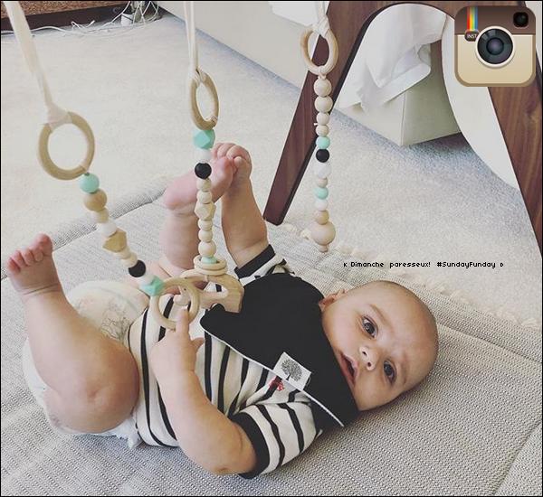 🏬 Eva accompagnée de son fils, ont été vus faisant du Shopping à The Grove. 2o Novembre 2018. Los Angeles, Etats-Unis.