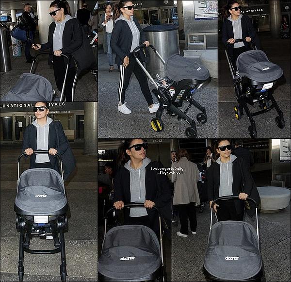 ✈️ Eva & Santiago ont été vus à LAX Airport. 16 Décembre 2018. Los Angeles - Etats-Unis. Tenue: Eva porte des Lunettes Victoria Beckham à 395¤ & des Baskets Adidas à 75¤.