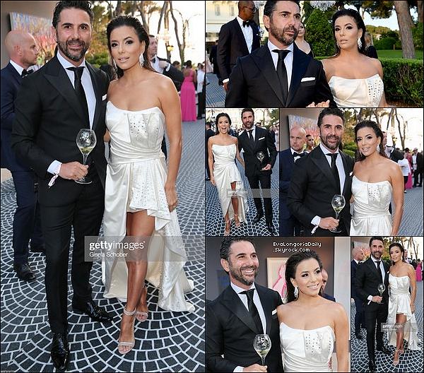  Eva, Pepe & leurs amis ont été vus Se Promenant dans la ville de Portofino.  26 Mai 2o19. Portofino - Italie. Tenue: Eva porte une Pochette Chanel.
