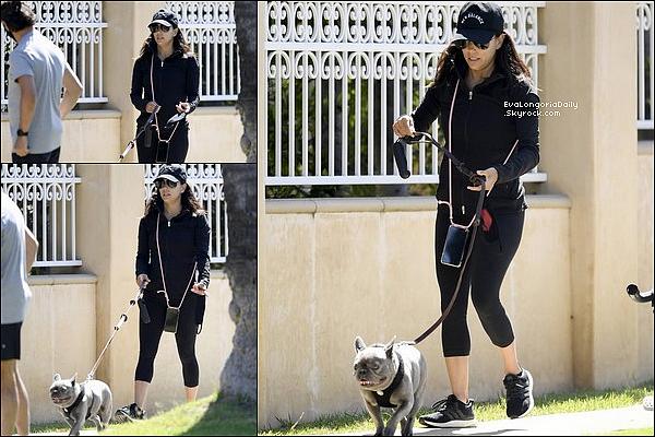 • 3o Juin - o1 Juillet 2020 •  - Los Angeles, Etats-Unis. 📷 Eva a posté des « Photos d'Elle ». Tenue: Sandales Compensées Jaunes Eva Longoria Eobuwie à 85¤.