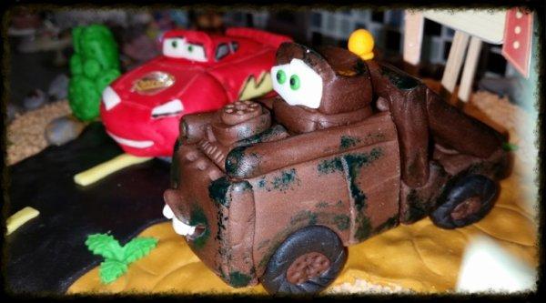 Gateau decore pour 30 personnes theme cars, pour l anniversaire de Brihan 3 ans, dont les yeux brillait lorsque qui la vue !!!