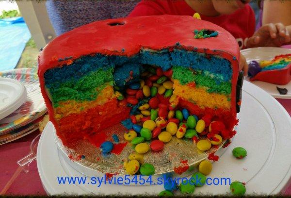 Gateau réalisé pour les 1 an de Raphaël, Rainbow cake surprise recouvert de pâte à sucre