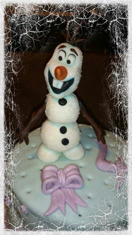 Et voilà je viens de finir un gâteau d'anniversaire sur le thème de la Reine des Neiges pour une petite fille de 4 ans