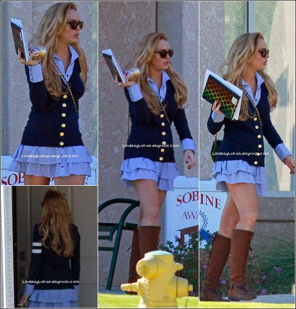88 01/12/10 - Lindsay Lohan , seule , traînait dans les rues de Betty Ford , dans Los Angeles.   88  Decidemment , Lindsay a décidé de sortir tous les jours.. pour notre plus grand plaisir . En ce qui concerne la tenue , c'est un TOP , le seul petit bémol , c'est les bottes qui ne vont pas avec le reste .. Et toi tu aimes ?  88