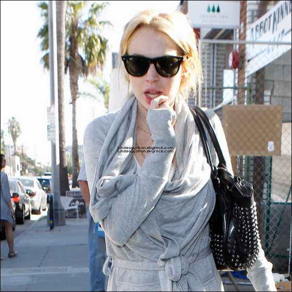 88 27/01/11 - Lindsay, a été photographiée sortant de sa maison à Venice, Californie. 88