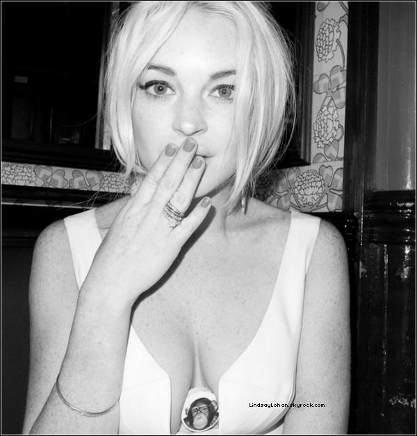 88  Lindsay Lohan se fait agresser dans sa chambre d'hôtel à NYC.  88 L'actrice, qui cherche à se racheter une conduite depuis ses déboires avec la justice, a en effet porté plainte dimanche contre Christian LaBella pour violence. Après avoir rencontré le jeune homme de vingt-cinq ans dans une boite de nuit new-yorkaise, Lindsay Lohan lui a proposé de la suivre dans sa chambre d'hôtel. Mais rapidement une dispute éclate entre les deux adultes. L'objet de la discorde ? Une photo de l'actrice prise à son insu par Christian LaBella. Ce qui ne plaît pas à Lindsay Lohan qui tente alors de s'emparer du smartphone du jeune homme afin d'effacer la photo. Le garçon ne se laisse pas faire et frappe même l'actrice selon les dires de cette dernière qui parvient toutefois à s'échapper et à donner l'alerte. Emmené au commissariat, Christian LaBella est vite relâché, faute de preuves. Le jeune homme porte plainte contre la starlette pour harcèlement. L'actrice est décidément bien loin d'en avoir fini avec les magazines people.808 Qu'en penses-tu?    88