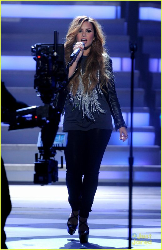 "Demi Lovato : ""Give Your Heart A Break"" on American Idol"