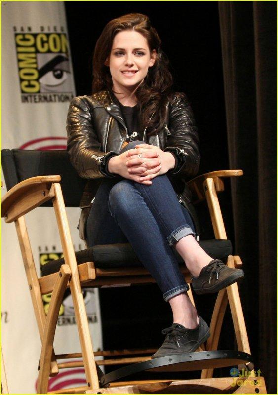 "Kristen Stewart Brings ""Snow White"" Comic Con"