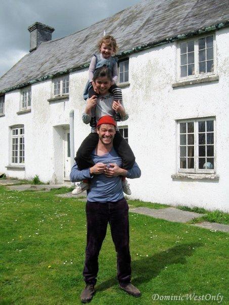 Dominic West en père de famille...