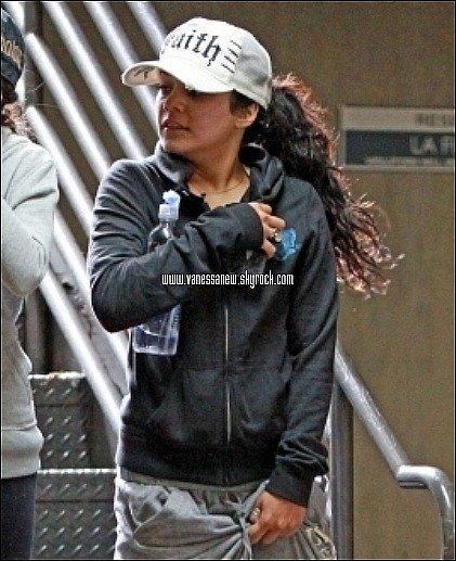 22/12/10 Vanessa allant à la gym accompagnée de sa petite soeur Stella.