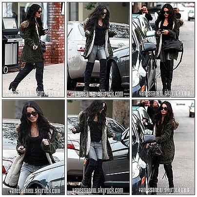 23/12/10 C'est au téléphone que Vanessa Hudgens a été vue dans le magasin Barneys New York de Beverly Hills. Elle a ensuite vu à Burbank Fireplace après avoir  déjeuner en ville.