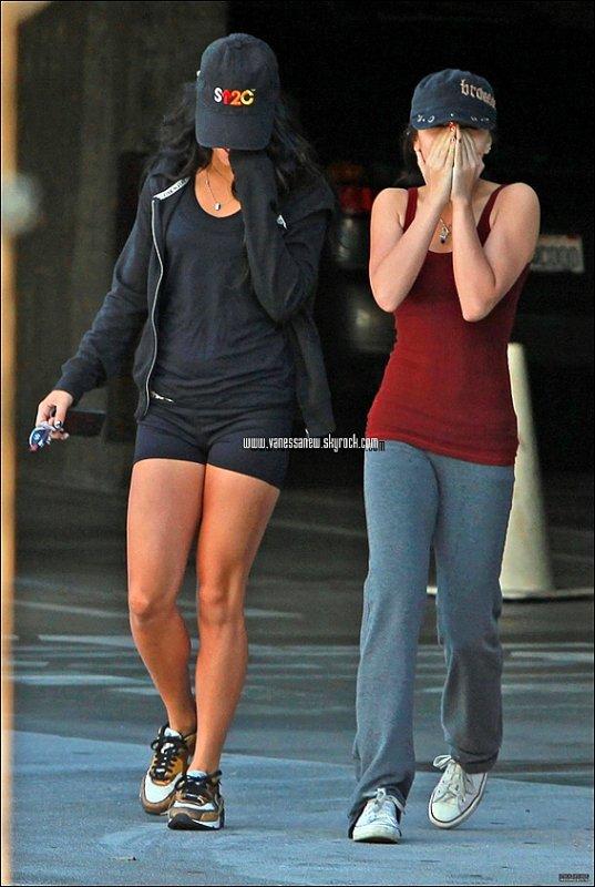 24/12/10 : Vanessa et sa petite soeur Stella ont été aperçus quittant la gym à Studio City dans West Hollywood.