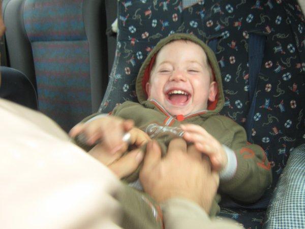 Sacha est en plein fou rire avec son beau-père