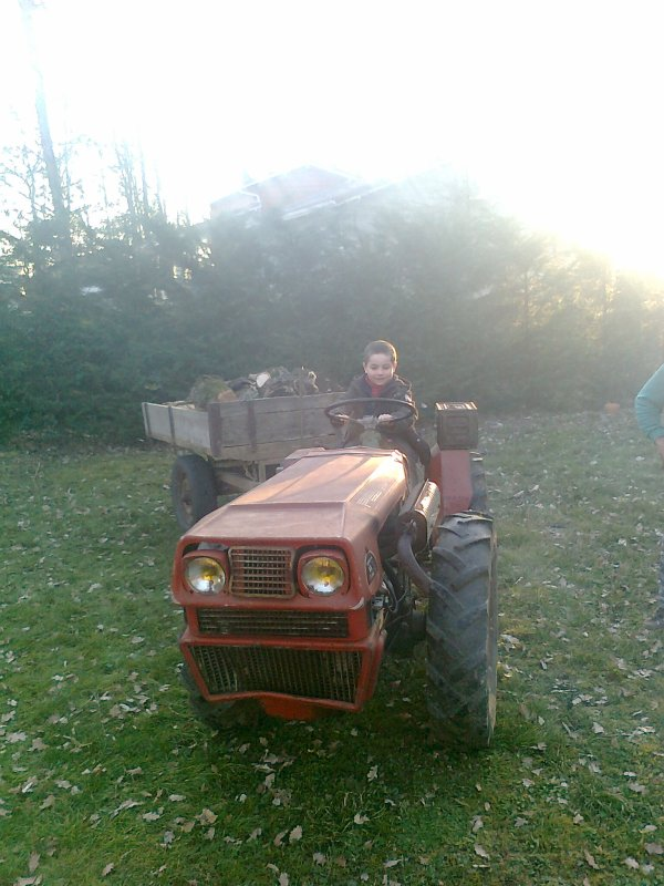 Théo en train de conduire le tracteur