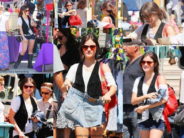 Lucy Hale faisant du shopping