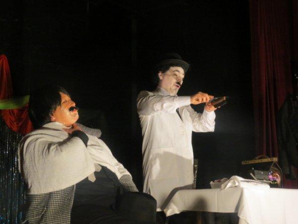 Charlie Chaplin barbier dans le Dictateur !