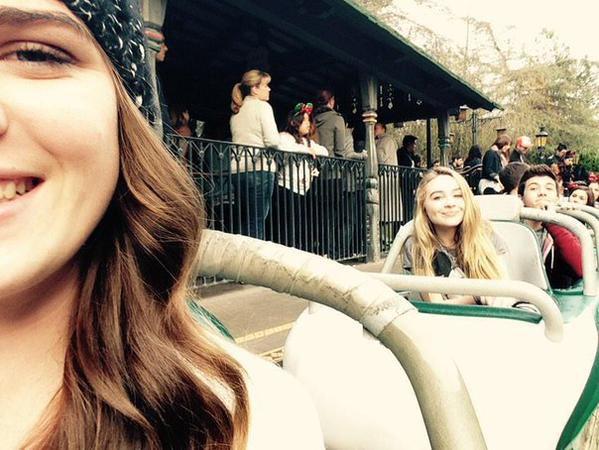 Sabrina et Bradley à Disneyland avec des fans