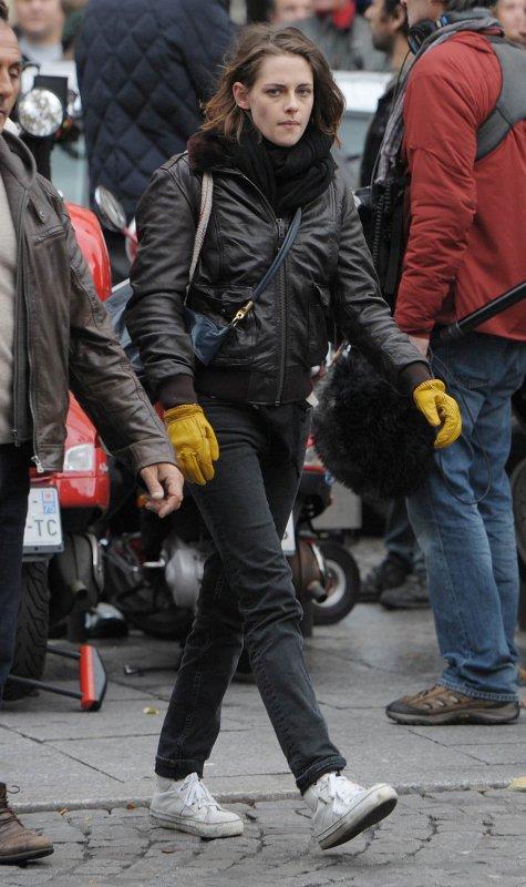 -- Le 4 novembre: Voici d'autre photos de Kristen tournant une scène sur le scooter, toujours à Paris. --