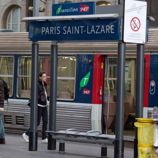 """-- Le 5 novembre: Kristen était à la gare Saint-Lazare à Paris avec Olivier Assayas pour le film """"Personal Shopper""""  --"""