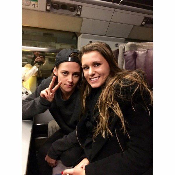 ] -- Le 8 Novembre: Après quelque jours de tournage à Paris Kristen à pris le chemin de Londres, une fan à eu de la chance de la croiser dans l'Eurostar et d'avoir une photo avec elle ! ] --